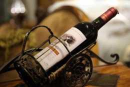 西餐廳裡的紅酒瓶子為什麼斜著放?其實是有原因的!別再鬧笑話了