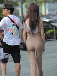 白色性感吊帶搭配褐色打底褲,露出腰線,突顯出優雅氣質