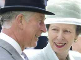 查爾斯也有柔情的一面:4歲託著妹妹爬窗戶,70歲還幫她整理帽子